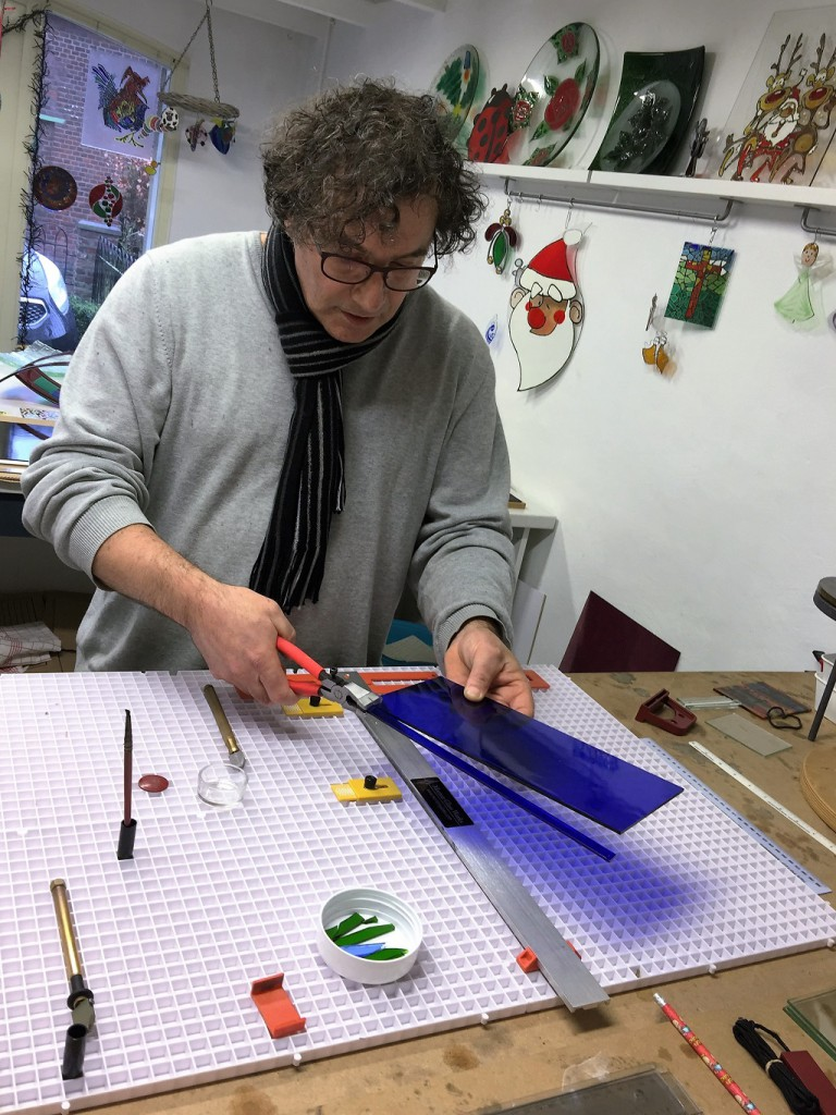workshop glasfusing glas op maat maken Glasatelier Vetro Colorato, geert hochstenbach, neerbeek, limburg, glasbewerken, workshop, glas snijden